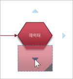 도형을 파란색 삼각형 중 하나로 끕니다.