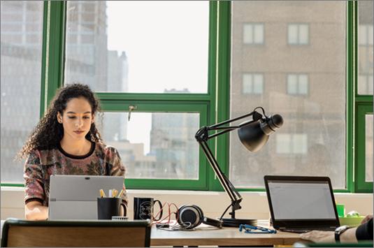 Moteris nešiojamąjį kompiuterį