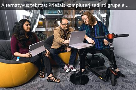 Grupė žmonių, sėdi prie kompiuterio