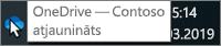Ekrānuzņēmums, kurā redzams kursors virs zilās OneDrive ikonas uzdevumjoslā, ar tekstu OneDrive - Contoso.