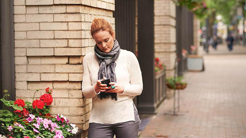 Sieviete, kas izmanto mobilo tālruni