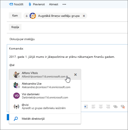 Ekrānuzņēmums: Outlook jauna e-pasta ziņojuma dialoglodziņš, kurā ziņojuma tekstā redzama pieminēšana, izmantojot rakstzīmi@.