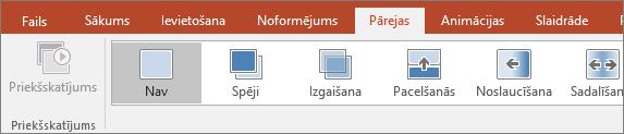 Pārejas cilne PowerPoint lentē.