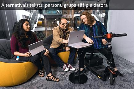 Personu grupa, kas sēž pie datora