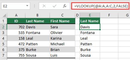 Izmantojiet operatoru @ un kopējiet to: = VLOOKUP (@ A:A, A:C, 2, FALSE). Šis atsauču stils darbojas tabulās, bet neveidos dinamisku masīvu.