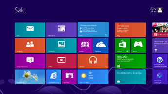 Windows sākuma ekrāna ekrānuzņēmums, kurā ir parādīti statusa atjauninājumi iezīmētajā Lync elementā