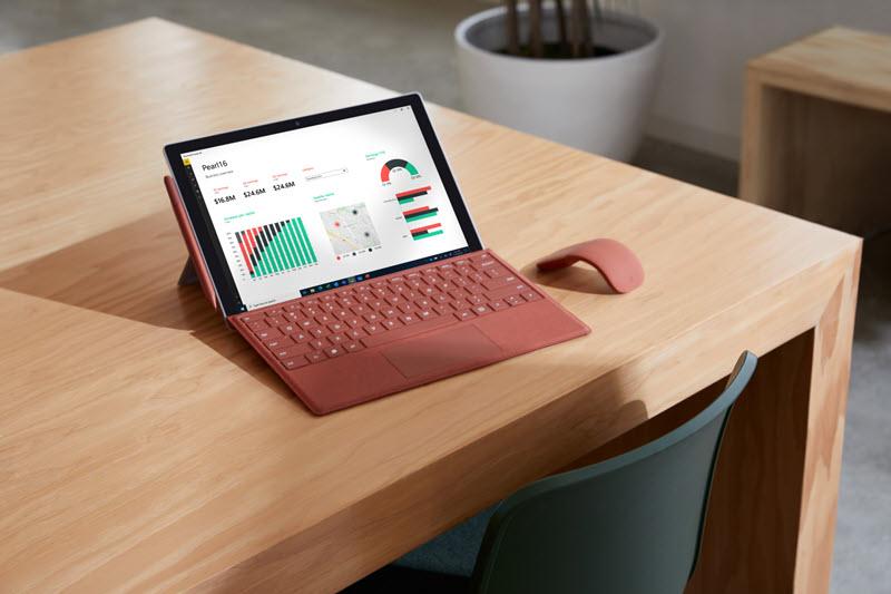 Bilde av en Surface-enhet på et skrivebord