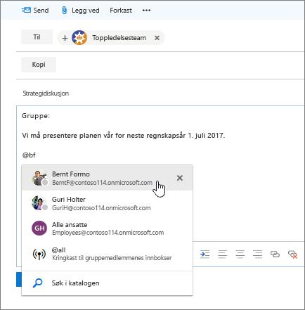 Skjermbilde av dialogboksen Ny e-postmelding i Outlook, som viser en @omtale i meldingsteksten.