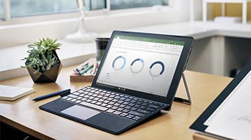 Et skrivebord med en Surface-datamaskin som viser Excel-diagrammer