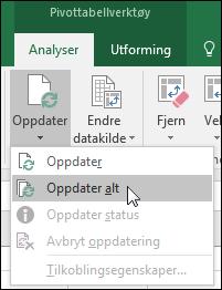 Oppdater alle pivottabeller fra båndet > Pivottabellverktøy > Analyser > Data, ved å klikke pilen under Oppdater-knappen og velge Oppdater alle.