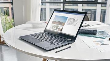 En bærbar PC med et åpent Word-dokument
