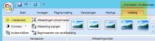 Selecteer op het tabblad Hulpmiddelen voor afbeeldingen-opmaak, in de groep aanpassen, de optie helderheid