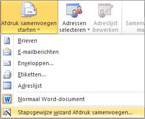 Kies in Word op het tabblad Mailings de optie Afdruk samenvoegen starten en kies vervolgens Stapsgewijze wizard Afdruk samenvoegen.