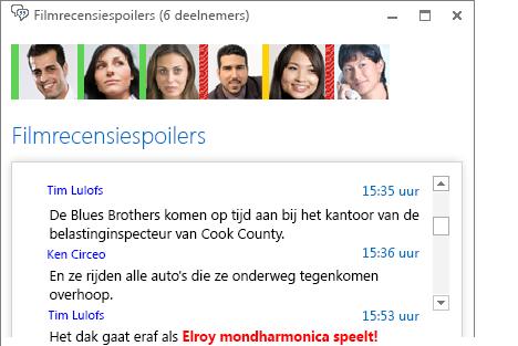 Schermafbeelding van een chatruimtevenster met een nieuw bericht met vette rode letters waarin een emoticon is ingevoegd