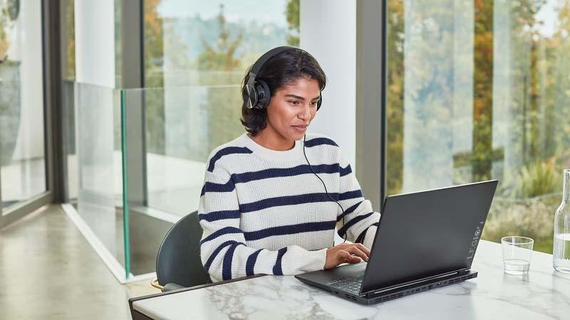 Vrouw die een computer gebruikt