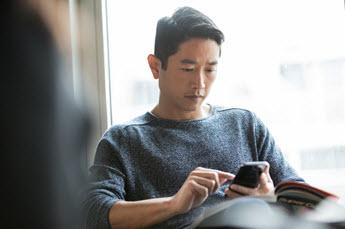 Foto van de werknemer met een mobiele telefoon