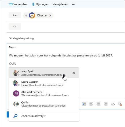 Schermopname van het dialoogvenster Nieuwe e-mail in Outlook met een @vermelding in de tekst van het bericht.