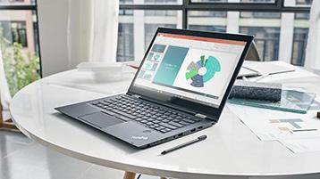 Een laptop met een PowerPoint-presentatie op het scherm