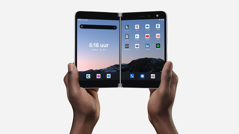 Surface Duo geopend en in twee handen gehouden