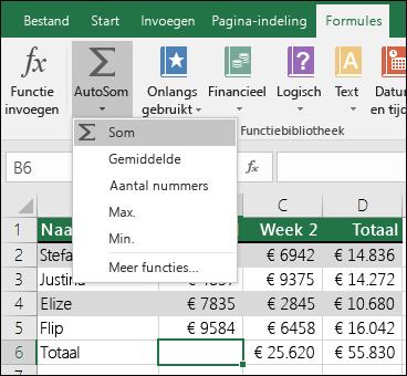 U kunt de wizard AutoSom gebruiken om automatisch een formule met SOM te maken.  Selecteer een bereik boven/onder of links/rechts van het bereik dat u wilt optellen en ga naar het tabblad Formules op het lint en selecteer AutoSom > SOM.