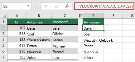 Gebruik de operator @ en Kopieer naar beneden: = Vert. zoeken (@ A:A, A:C, 2, onwaar). Deze stijl van verwijzing werkt in tabellen, maar levert geen dynamische matrix op.