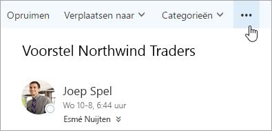 Een schermafbeelding van de knop Meer opdrachten op de menubalk van Outlook.