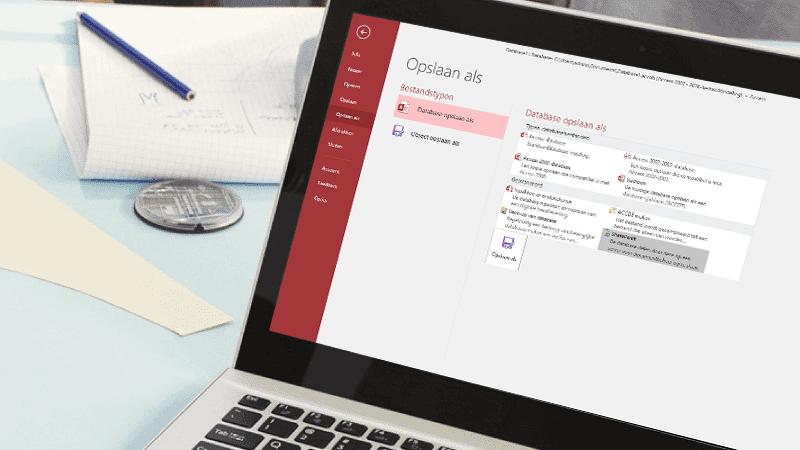 Een laptop met een scherm met daarop een Access-database die wordt opgeslagen.