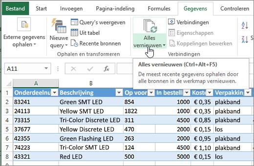 Excel-werkblad met geïmporteerde lijst en de knop Alles vernieuwen gemarkeerd.