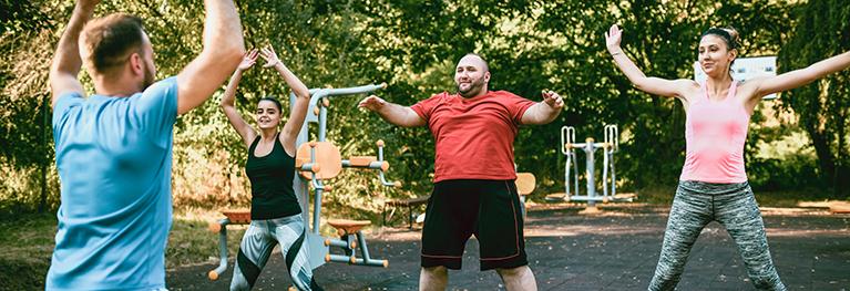 Afbeelding van personen die samen fitnessen