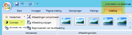 Selecteer op het tabblad Hulpmiddelen voor afbeeldingen-opmaak, in de groep aanpassen, de optie contrast