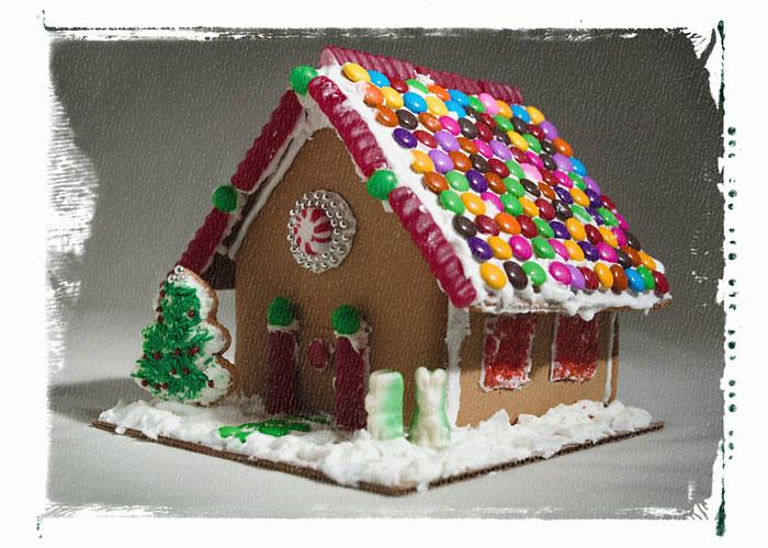 Widok częściowy domku z piernika udekorowanego cukierkami