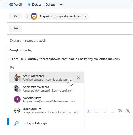 Zrzut ekranu przedstawiający okno dialogowe nowej wiadomości e-mail programu Outlook ze @wzmianką w tekście wiadomości.