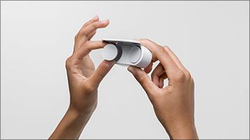 Wyjmowanie słuchawek dousznych Surface Earbuds z etui