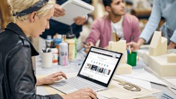 zdjęcie przedstawiające osobę uczącą się na laptopie