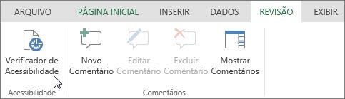 A captura de tela mostra a guia Revisão com o cursor apontando para a opção Verificador de Acessibilidade.