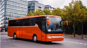 Um ônibus de turismo vermelho