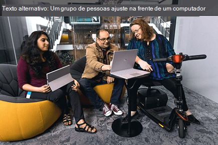 Um grupo de pessoas sentado na frente de um computador