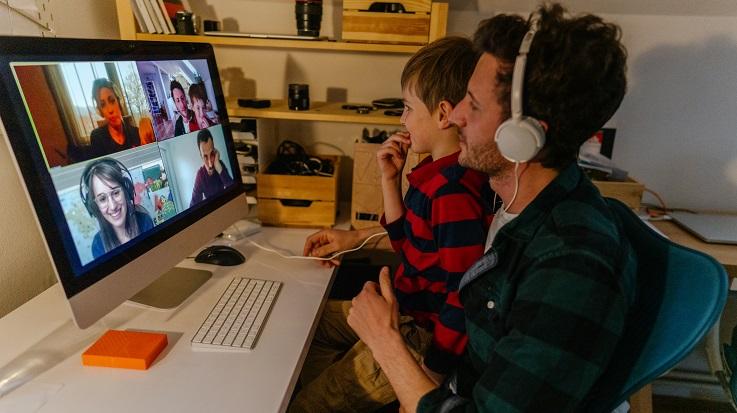 Foto de um homem e uma criança em uma chamada de vídeo.