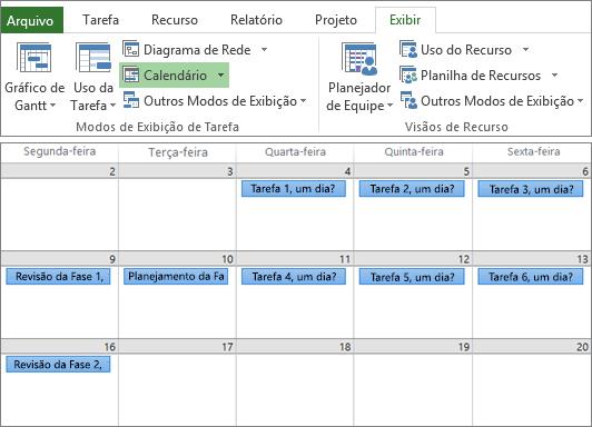 Captura de tela composta dos grupos de Modos de Exibição de Tarefa e Modos de Exibição de Recurso na guia Modo de Exibição e um plano de projeto no modo de exibição de Calendário.