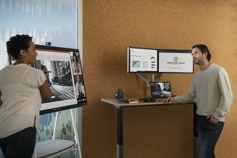 Foto de uma mulher e um homem trabalhando