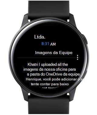 Mostra um relógio Samsung Galaxy com um email na tela.