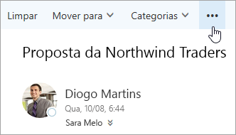 Uma captura de tela do botão Mais comandos na barra de menu do Outlook.