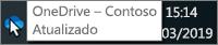 Captura de ecrã a mostrar o cursor a passar sobre o ícone azul do OneDrive na barra de tarefas, com o texto OneDrive – Contoso.