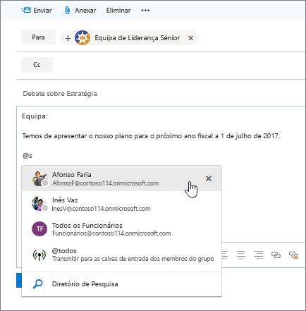 Captura de ecrã da caixa de diálogo de novo e-mail do Outlook, a mostrar uma menção com @ no texto da mensagem.