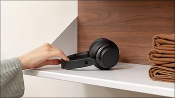 A colocar os Surface Headphones numa prateleira