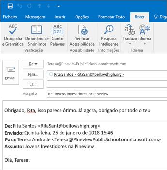 Modo Ler em Voz Alta no separador Rever de uma resposta de e-mail.