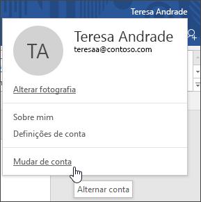 Captura de ecrã a mostrar como mudar de contas numa aplicação de ambiente de trabalho do Office