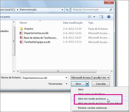 Caixa de diálogo Abrir com a lista pendente no botão Abrir expandido e o ponteiro do rato sobre a opção Abrir em Modo Exclusivo.