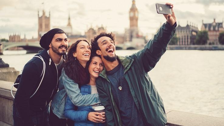 fotografia de um grupo de amigos a fazer uma auto-fé em Londres
