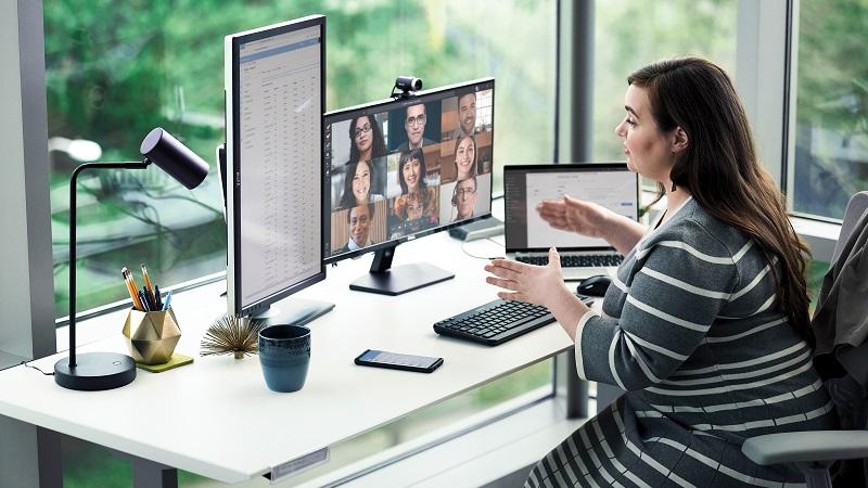 Mulher numa secretária e a conversar numa reunião do Teams